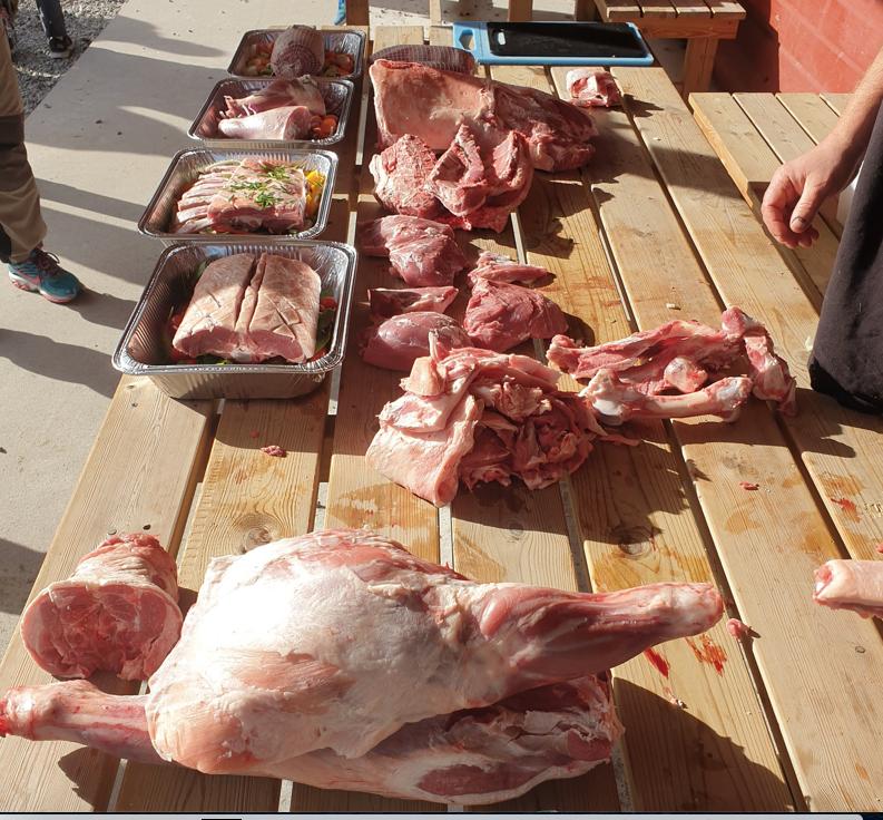 Et bilde som inneholder person, bord, mat, tre  Automatisk generert beskrivelse