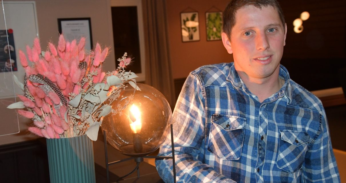 Et bilde som inneholder person, innendørs, mann, bord Automatisk generert beskrivelse