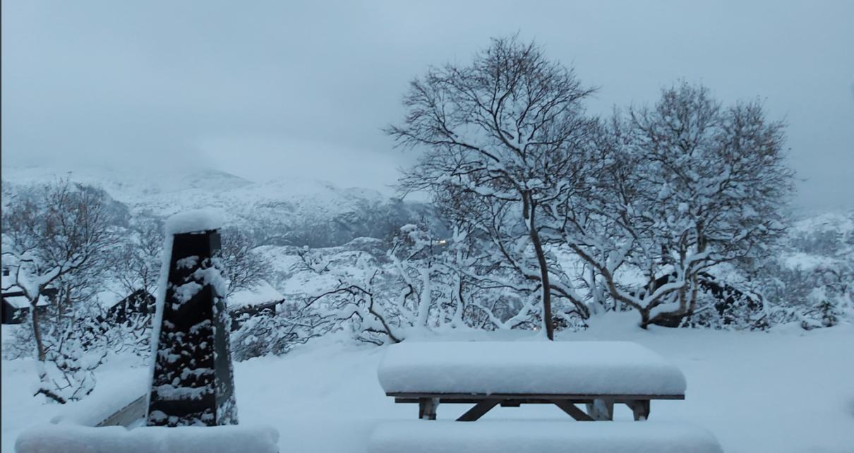 Et bilde som inneholder utendørs, snø, dekket, bygning Automatisk generert beskrivelse