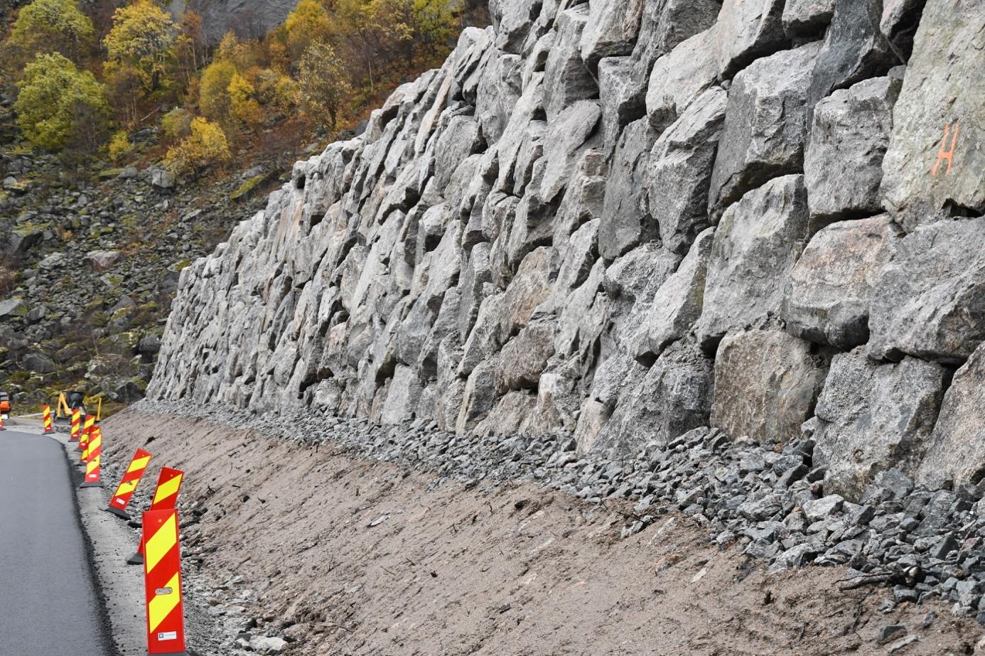 Et bilde som inneholder utendørs, stein, bygning, steinete  Automatisk generert beskrivelse