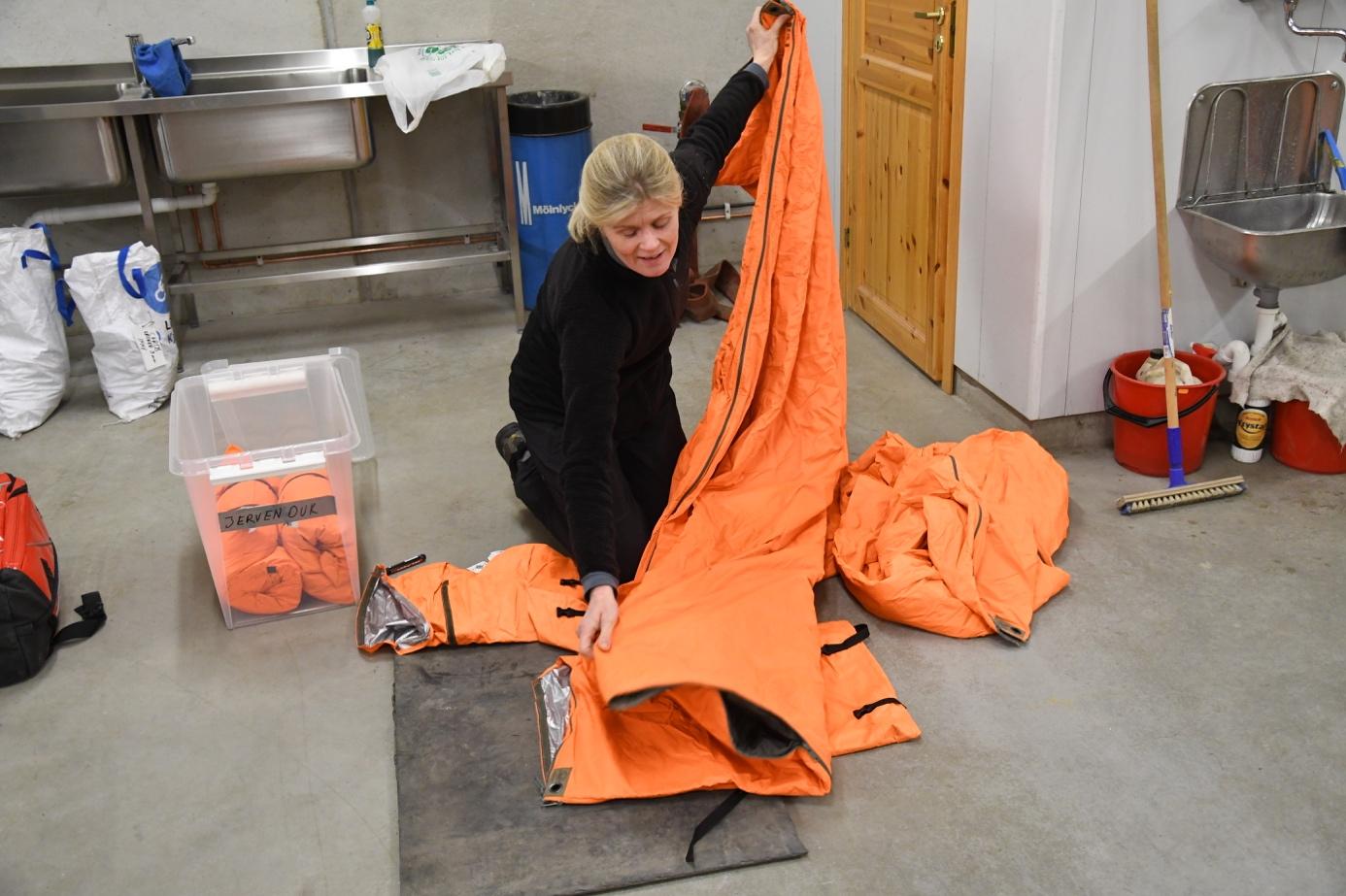 Et bilde som inneholder innendørs, bord, oransje, kvinne  Automatisk generert beskrivelse