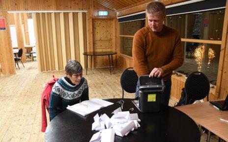 Et bilde som inneholder innendørs, bord, person, datamaskin Automatisk generert beskrivelse