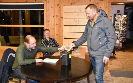 Et bilde som inneholder person, innendørs, bord, mann Automatisk generert beskrivelse