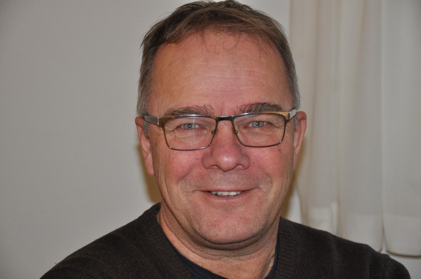 Et bilde som inneholder person, mann, innendørs, briller  Automatisk generert beskrivelse