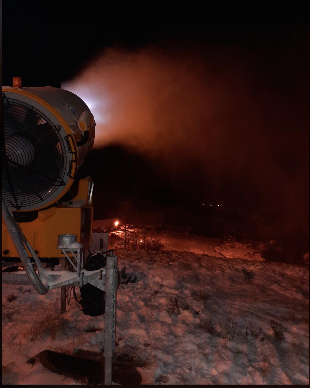 Et bilde som inneholder utendørs, brann, mørk, natt  Automatisk generert beskrivelse
