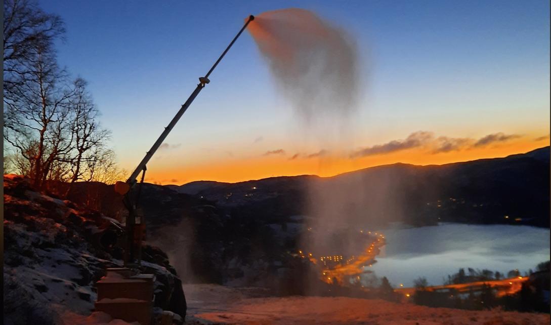 Et bilde som inneholder utendørs, mann, fjell, snø Automatisk generert beskrivelse