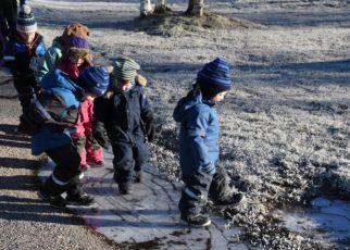 Et bilde som inneholder utendørs, person, barn, liten Automatisk generert beskrivelse