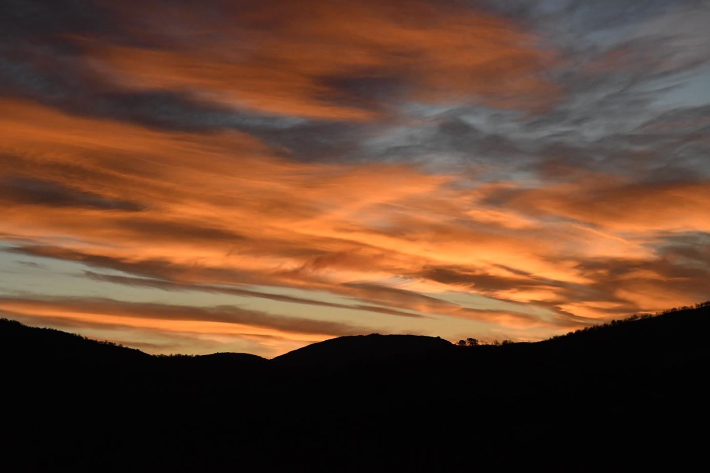 Et bilde som inneholder utendørs, solnedgang, flygende, stående  Automatisk generert beskrivelse
