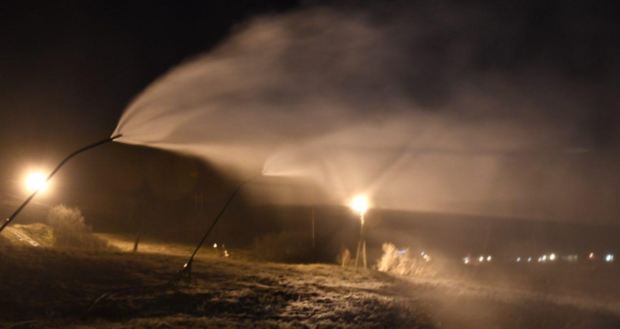 Et bilde som inneholder utendørs, spor, gress, vann Automatisk generert beskrivelse
