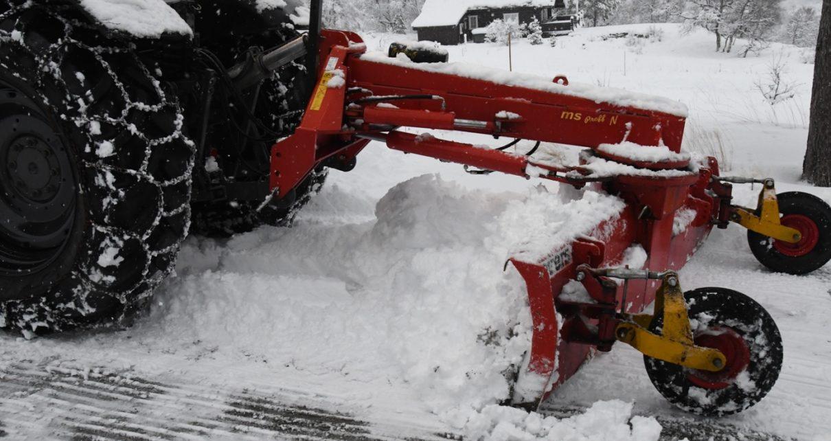 Et bilde som inneholder snø, utendørs, dekket, traktor Automatisk generert beskrivelse