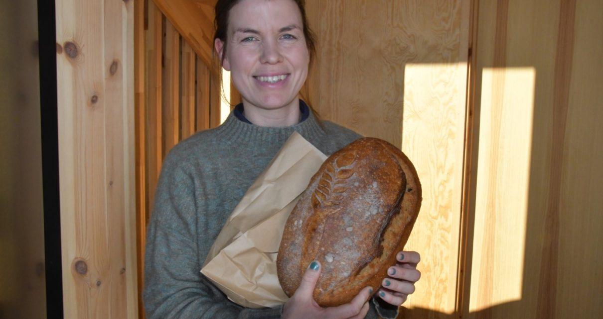 Et bilde som inneholder person, vegg, innendørs, smørbrød Automatisk generert beskrivelse