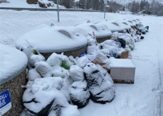 Et bilde som inneholder snø, utendørs, dekket, stabel Automatisk generert beskrivelse