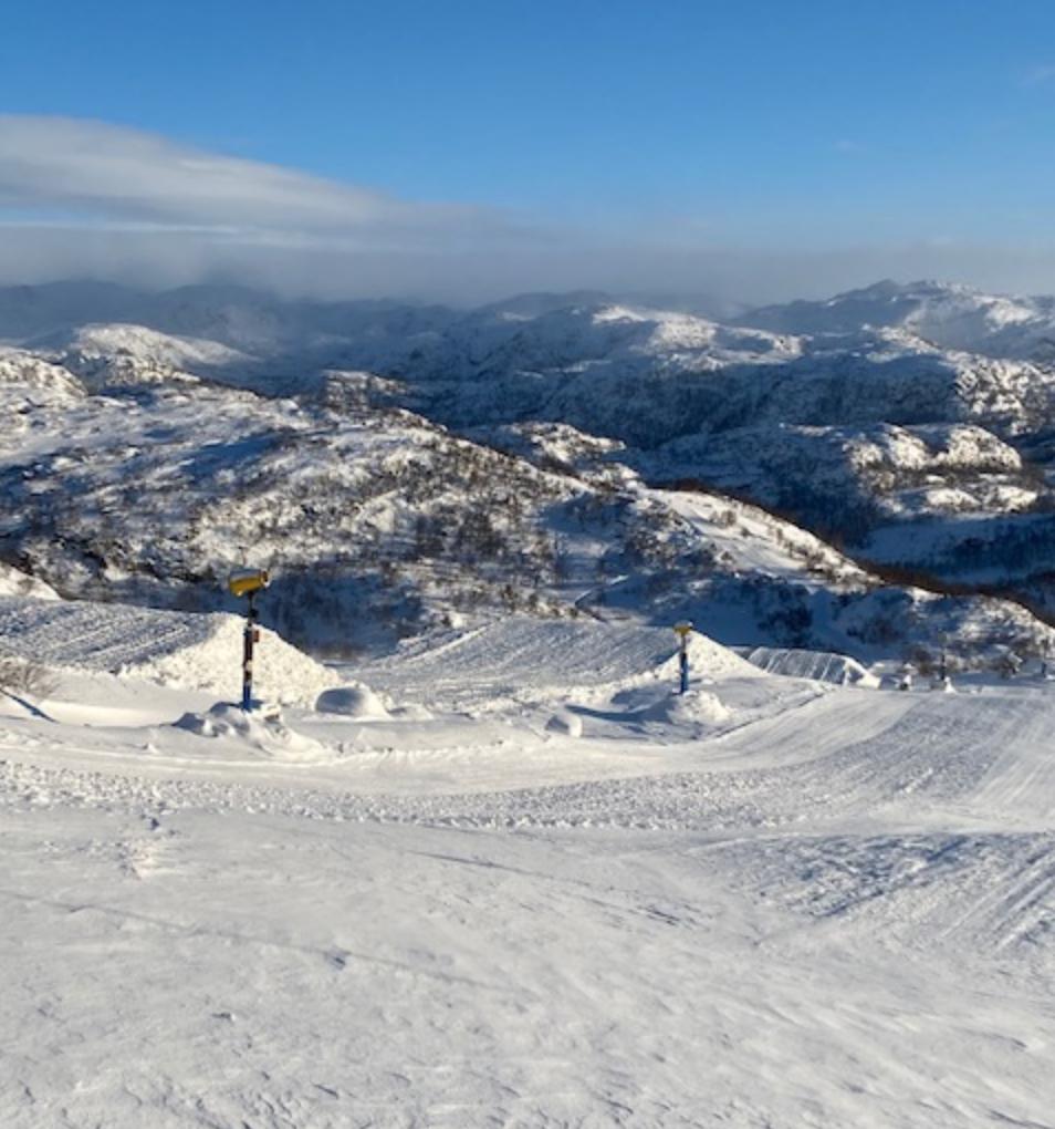 Et bilde som inneholder snø, utendørs, fjell, himmel  Automatisk generert beskrivelse