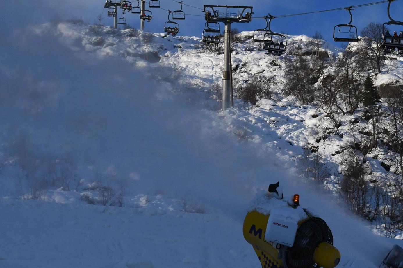 Et bilde som inneholder snø, utendørs, skiheis, dekket  Automatisk generert beskrivelse