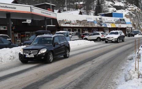 Et bilde som inneholder tekst, utendørs, bilvei, snø Automatisk generert beskrivelse