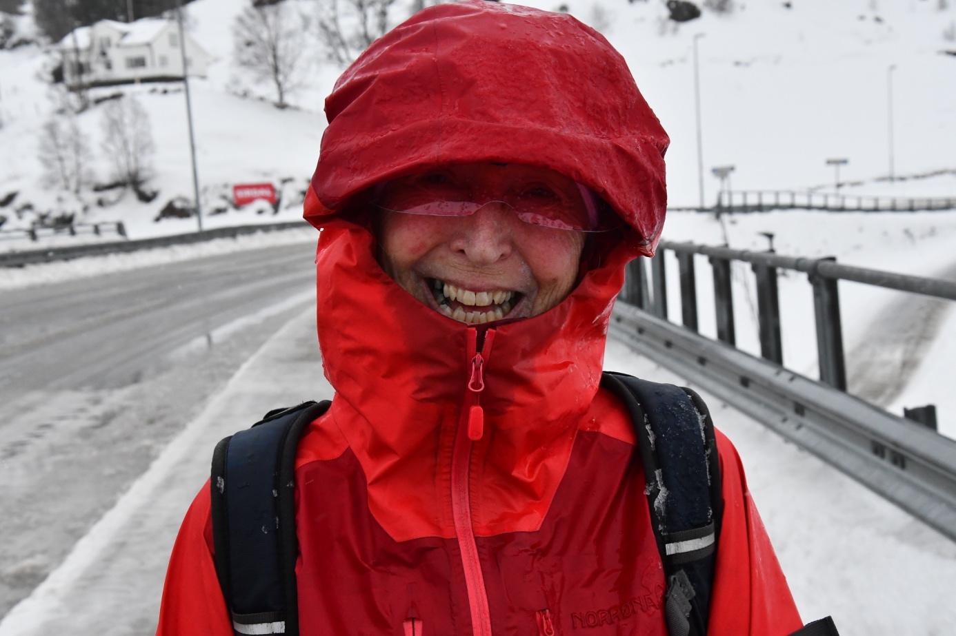 Et bilde som inneholder utendørs, person, snø, rød  Automatisk generert beskrivelse