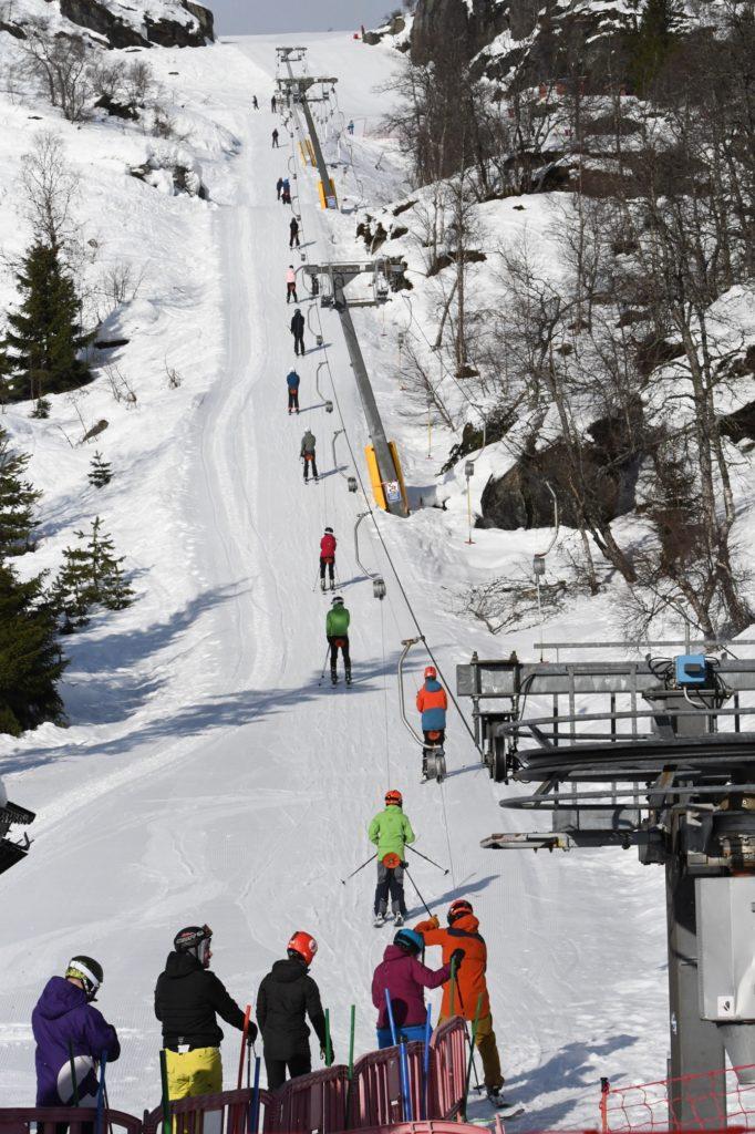 Et bilde som inneholder snø, skiheis, utendørs, skibakke Automatisk generert beskrivelse