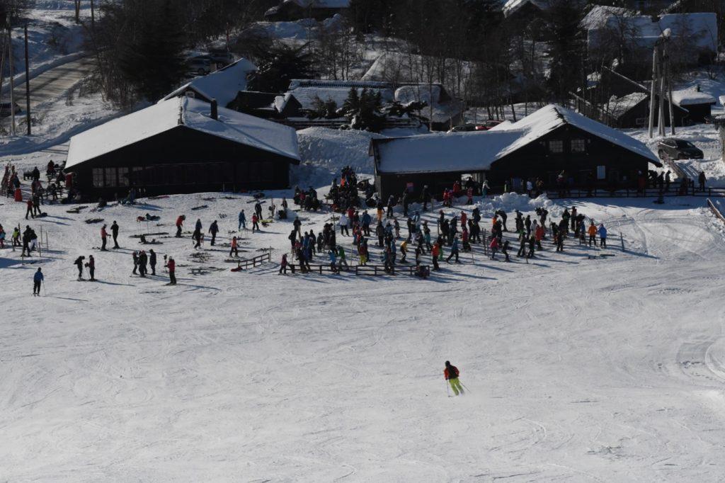 Et bilde som inneholder snø, utendørs, personer, skibakke Automatisk generert beskrivelse