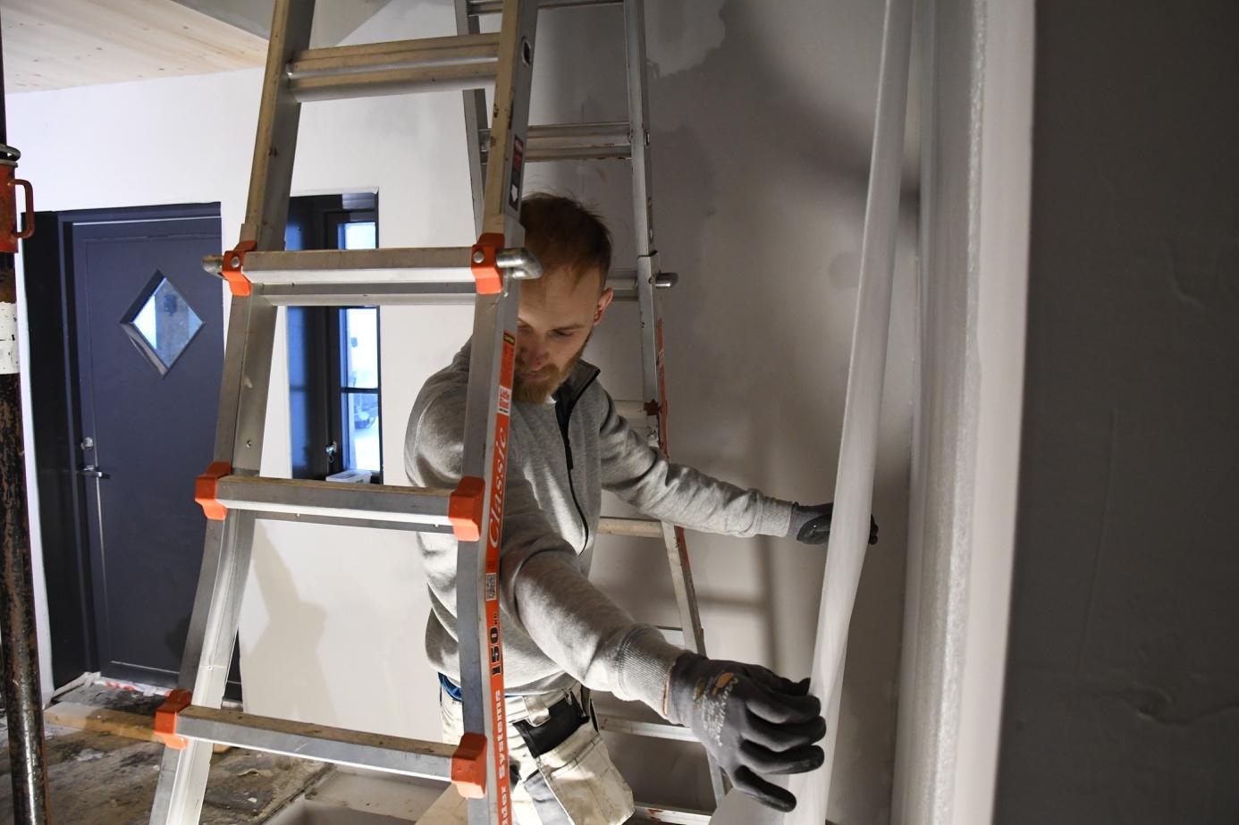 Et bilde som inneholder vegg, innendørs, person  Automatisk generert beskrivelse