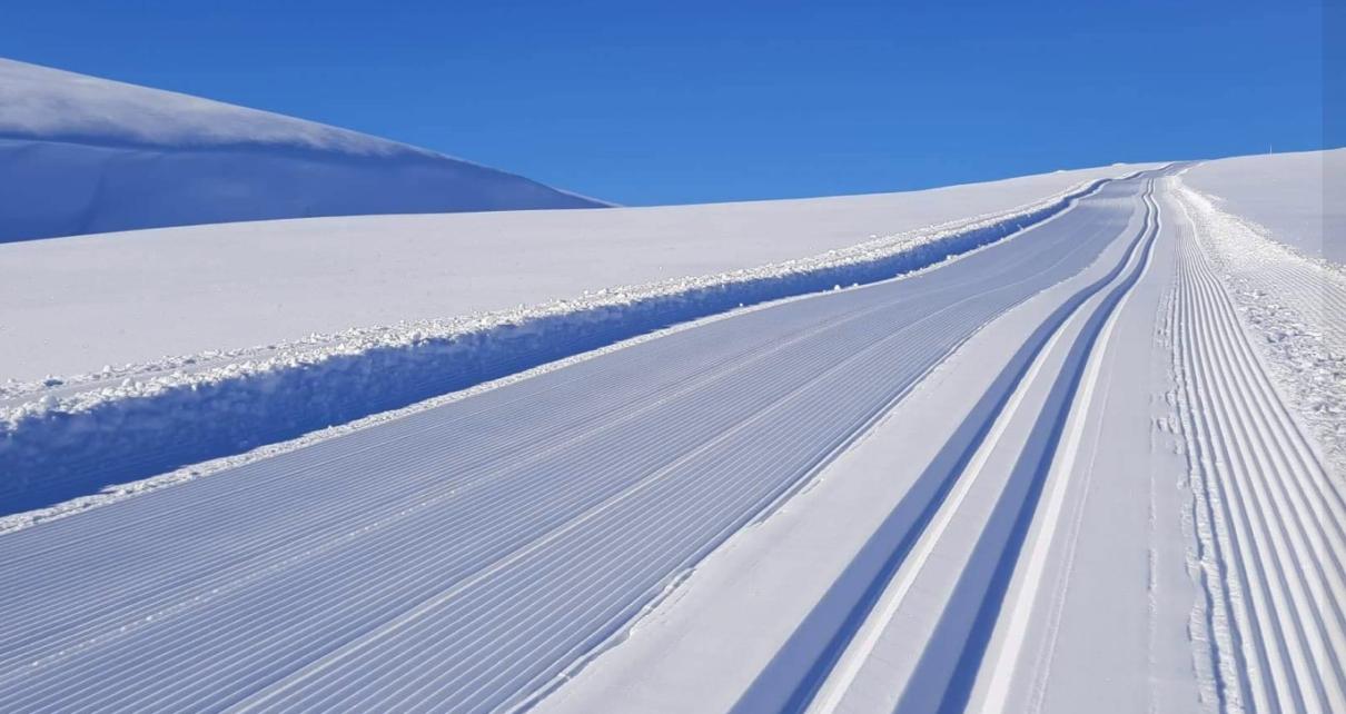 Et bilde som inneholder snø, himmel, utendørs, bilvei Automatisk generert beskrivelse