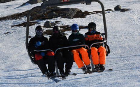 Et bilde som inneholder snø, utendørs, gå på ski, transport Automatisk generert beskrivelse