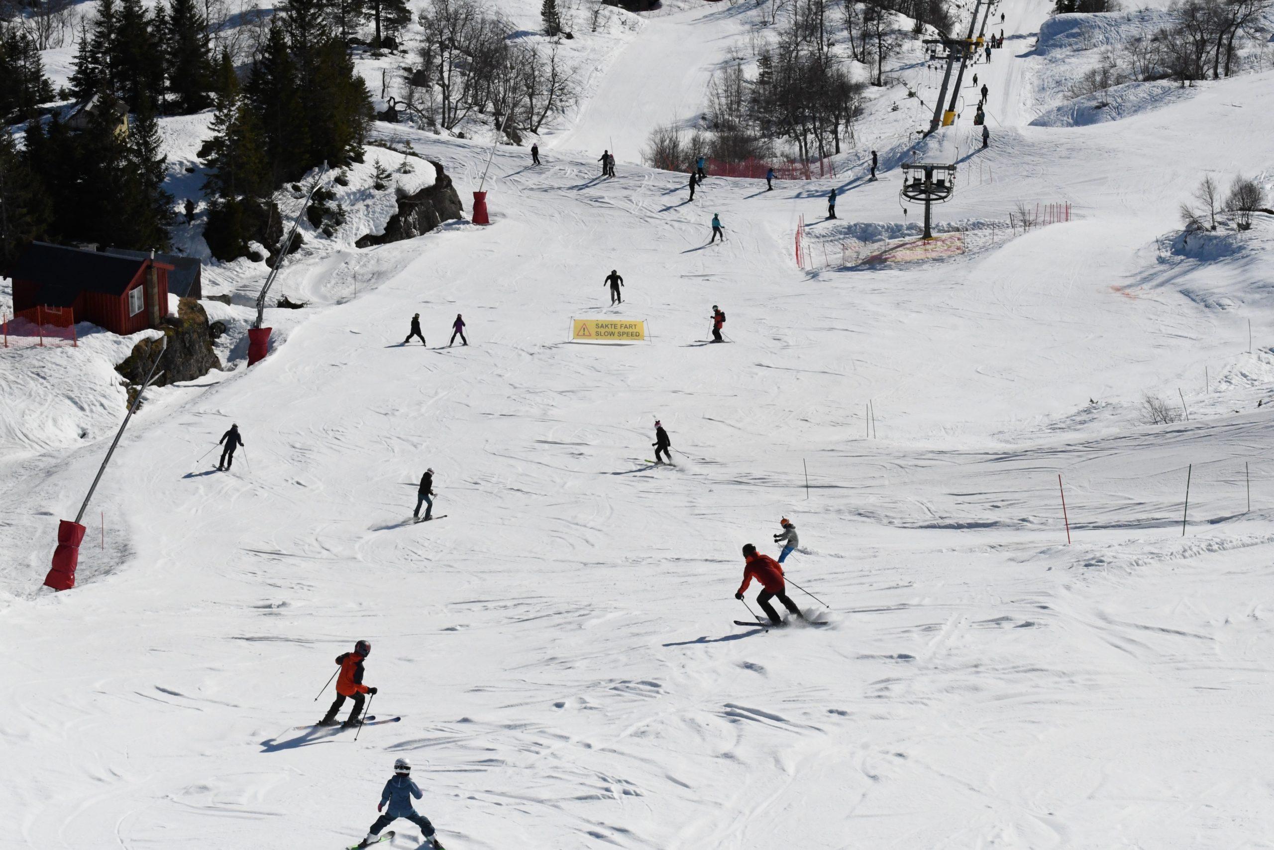 Et bilde som inneholder snø, utendørs, skibakke, gå på ski  Automatisk generert beskrivelse