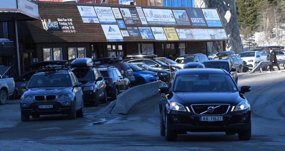 Et bilde som inneholder tekst, utendørs, bilvei, bil Automatisk generert beskrivelse