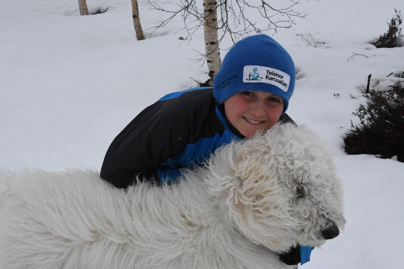 Et bilde som inneholder utendørs, snø, person, pattedyr  Automatisk generert beskrivelse