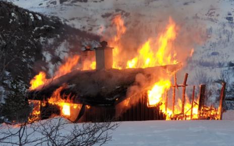 Et bilde som inneholder brann, utendørs, røyk, tre Automatisk generert beskrivelse