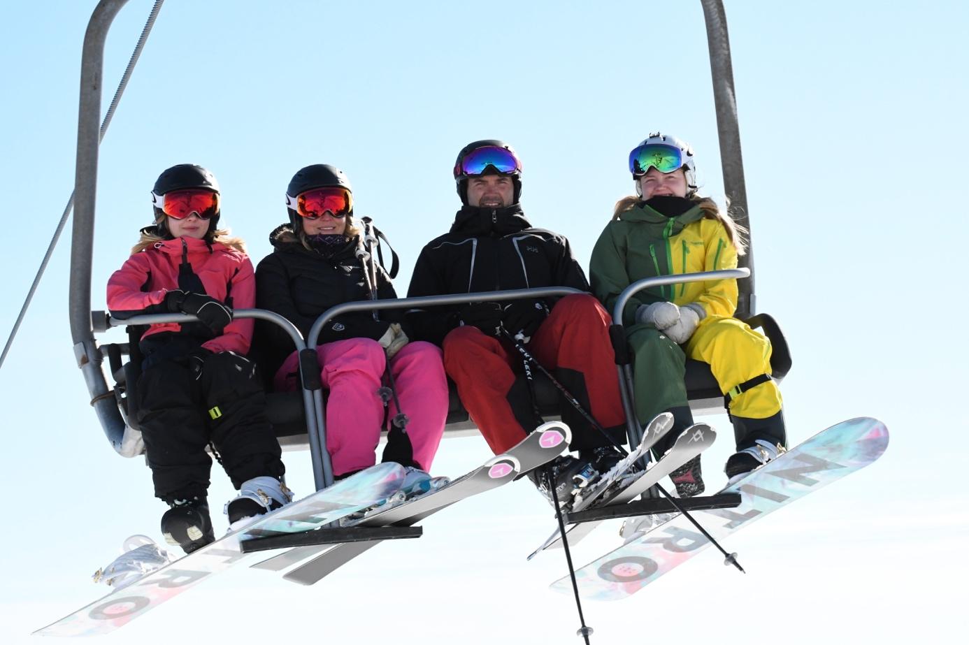 Et bilde som inneholder himmel, snø, gå på ski, utendørs  Automatisk generert beskrivelse