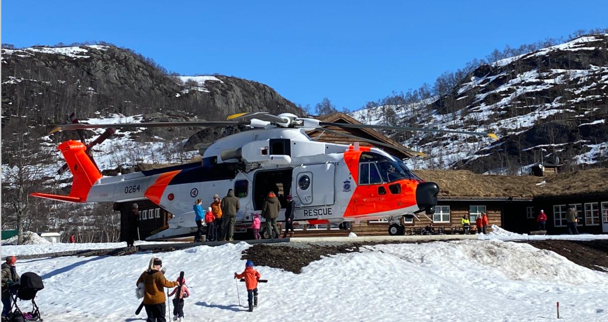 Et bilde som inneholder snø, himmel, utendørs, gå på ski Automatisk generert beskrivelse