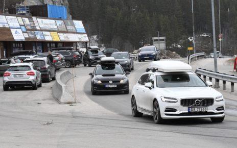 Et bilde som inneholder tekst, bilvei, bil, utendørs Automatisk generert beskrivelse