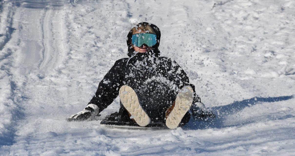Et bilde som inneholder tekst, utendørs, snø, person Automatisk generert beskrivelse