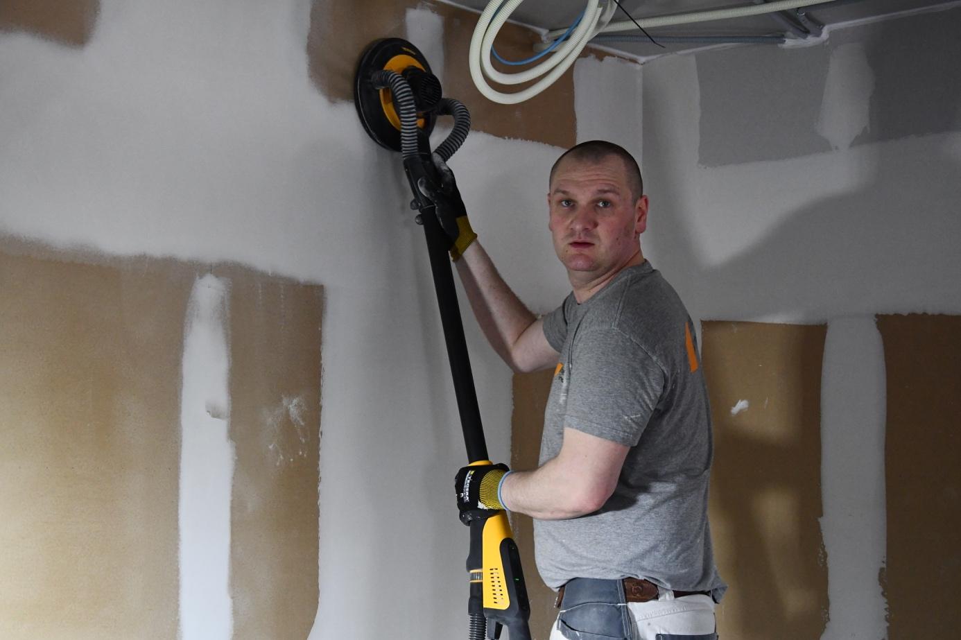 Et bilde som inneholder vegg, person, innendørs, verktøy  Automatisk generert beskrivelse