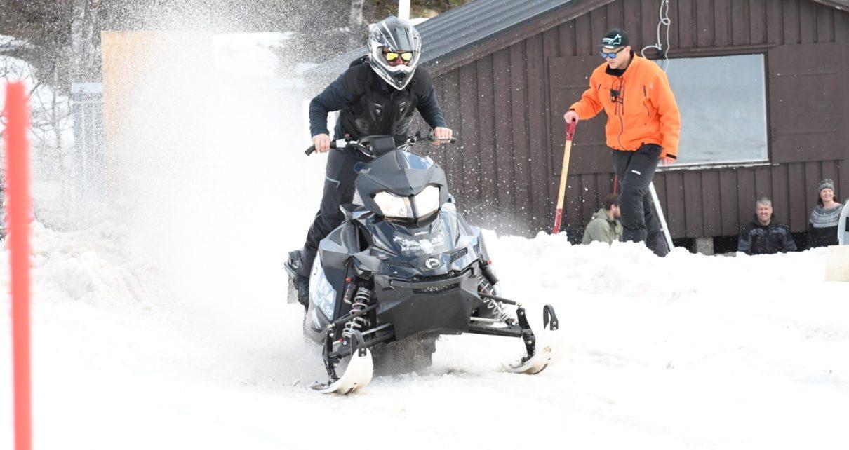 Et bilde som inneholder snø, utendørs, gå på ski, skibakke Automatisk generert beskrivelse