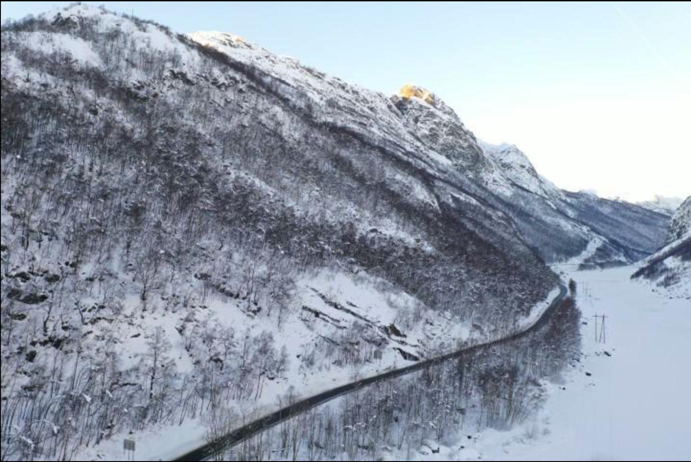 Et bilde som inneholder snø, utendørs, gå på ski, fjell  Automatisk generert beskrivelse
