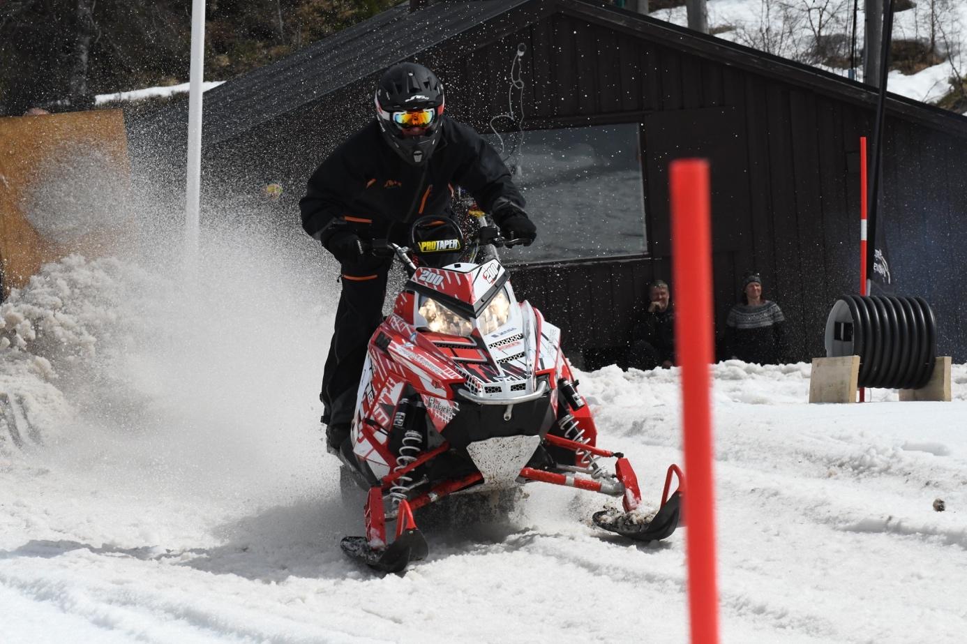 Et bilde som inneholder snø, utendørs, person, gå på ski  Automatisk generert beskrivelse