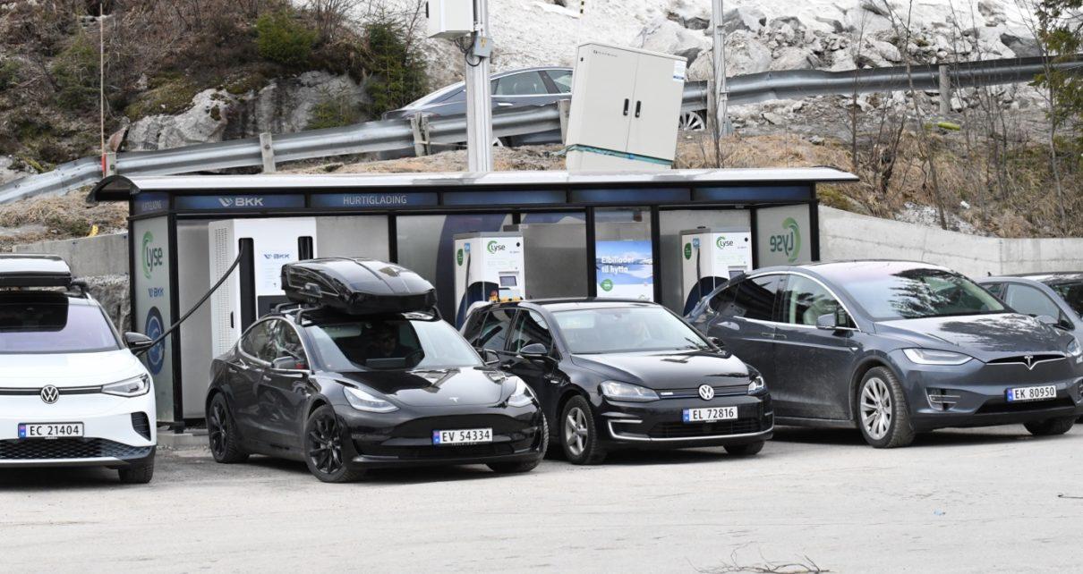 Et bilde som inneholder utendørs, bil, bilvei Automatisk generert beskrivelse