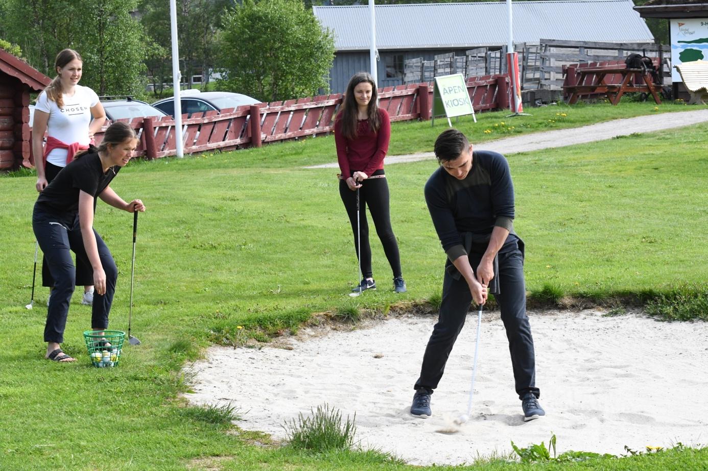 Et bilde som inneholder gress, utendørs, sport, leker  Automatisk generert beskrivelse