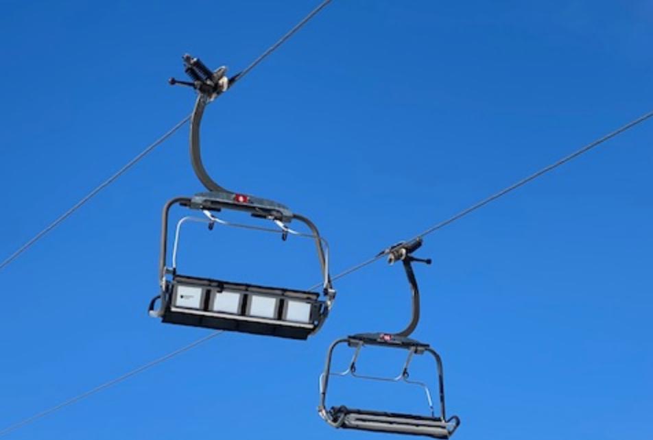 Et bilde som inneholder himmel, utendørs, skiheis, transport Automatisk generert beskrivelse