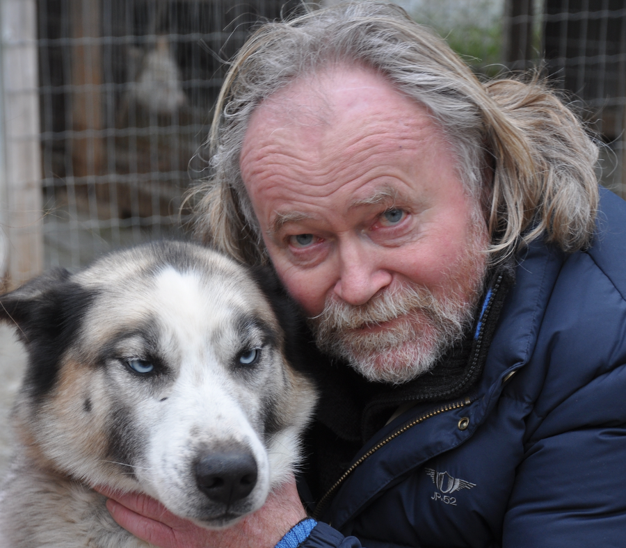 Et bilde som inneholder hund, person, utendørs, pattedyr  Automatisk generert beskrivelse