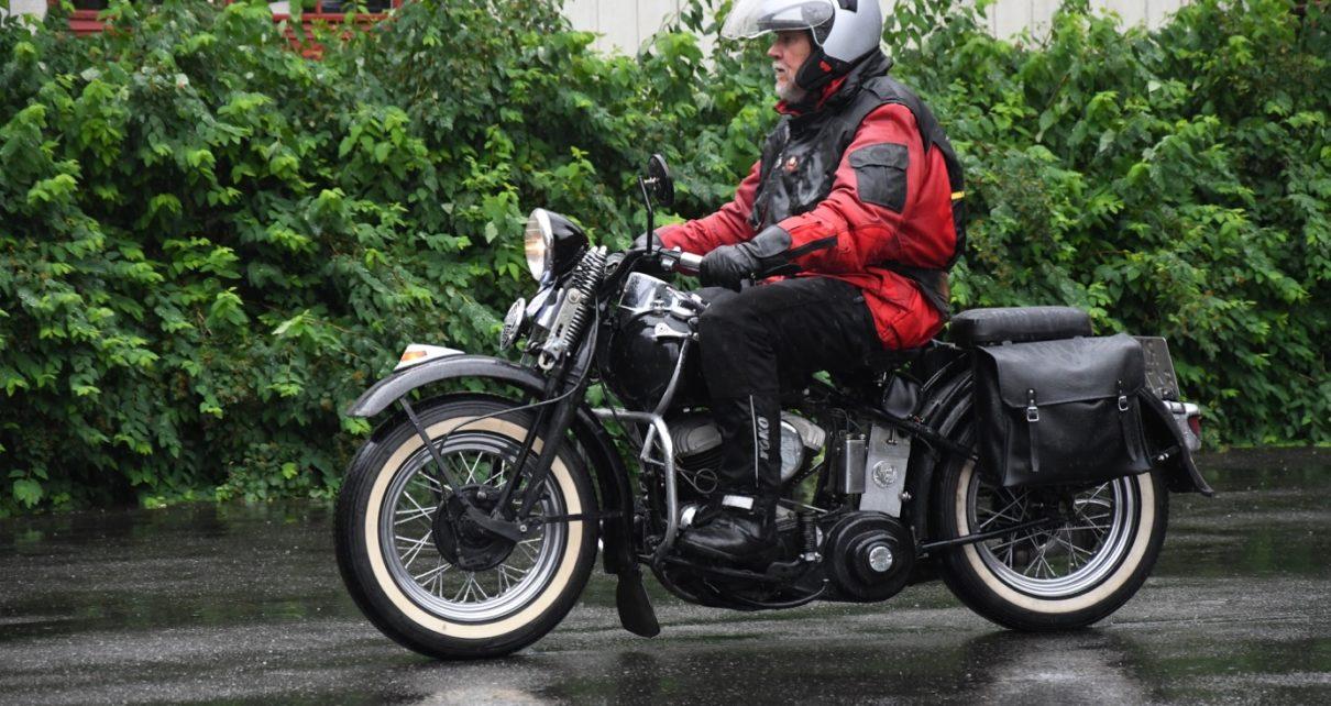 Et bilde som inneholder motorsykkel, utendørs, bilvei, tre Automatisk generert beskrivelse