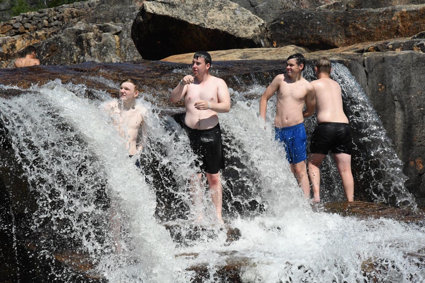 Et bilde som inneholder utendørs, vann, vann sport, bølge  Automatisk generert beskrivelse