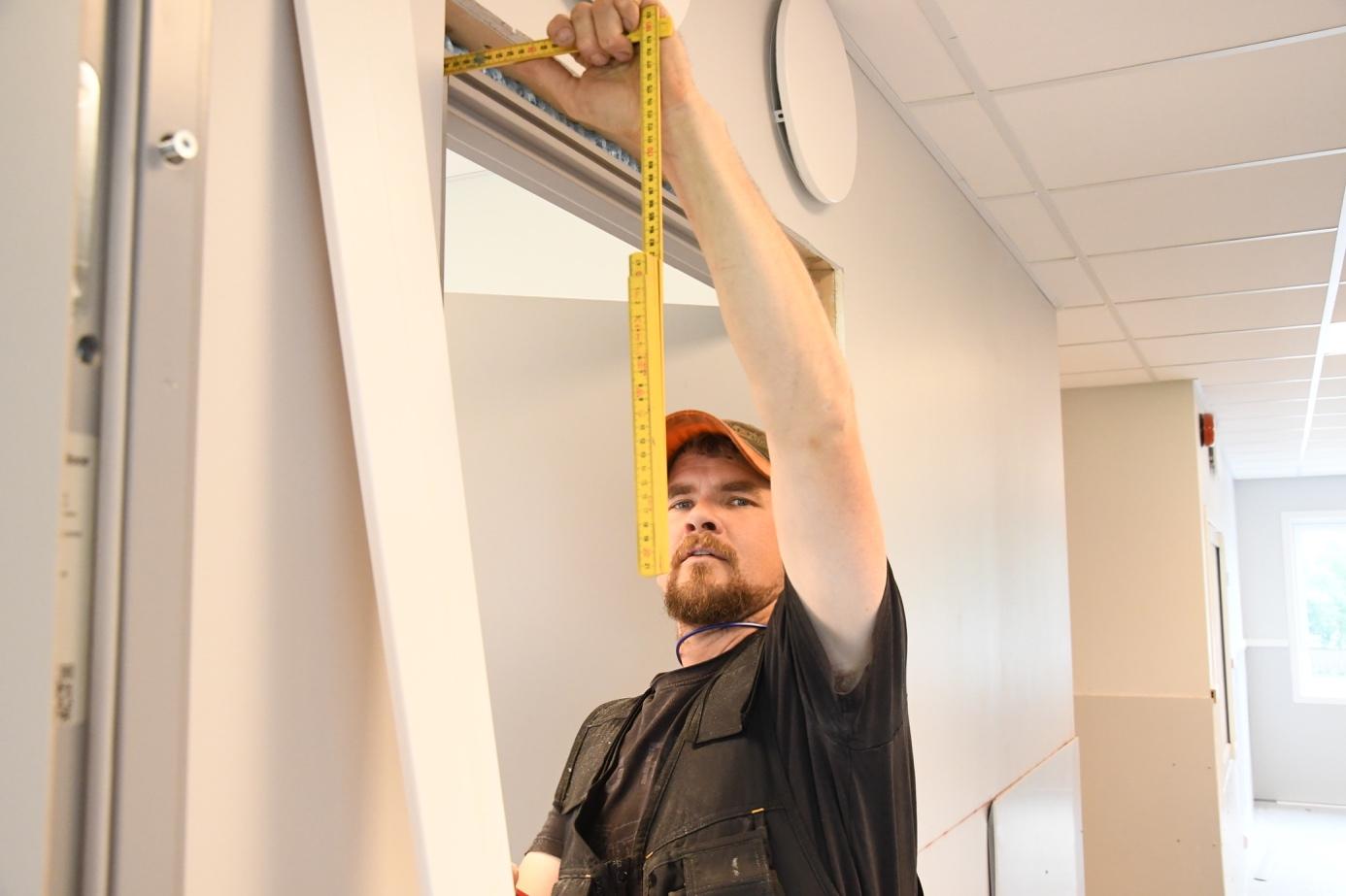 Et bilde som inneholder vegg, innendørs, person, stående  Automatisk generert beskrivelse