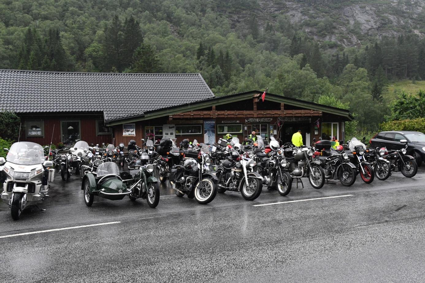 Et bilde som inneholder bilvei, utendørs, tre, motorsykkel  Automatisk generert beskrivelse