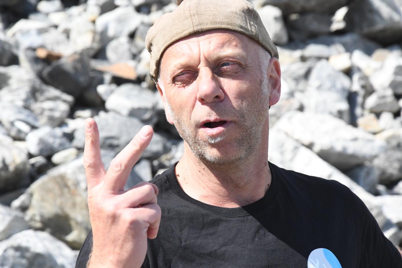 Et bilde som inneholder person, mann, stein, utendørs  Automatisk generert beskrivelse