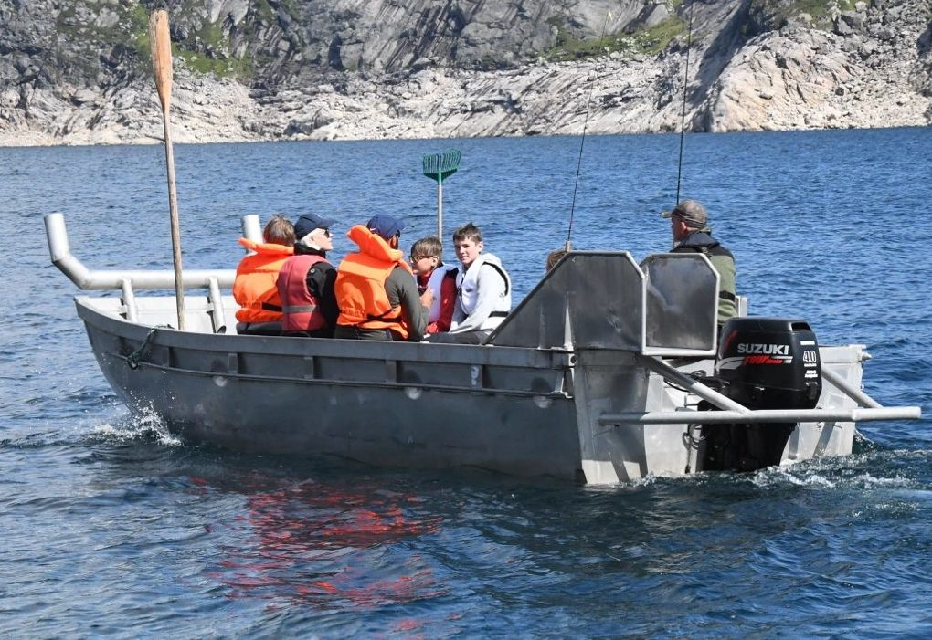 Et bilde som inneholder vann, utendørs, båt, fjell Automatisk generert beskrivelse