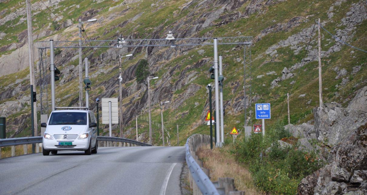 Et bilde som inneholder fjell, utendørs, vei, bilvei Automatisk generert beskrivelse