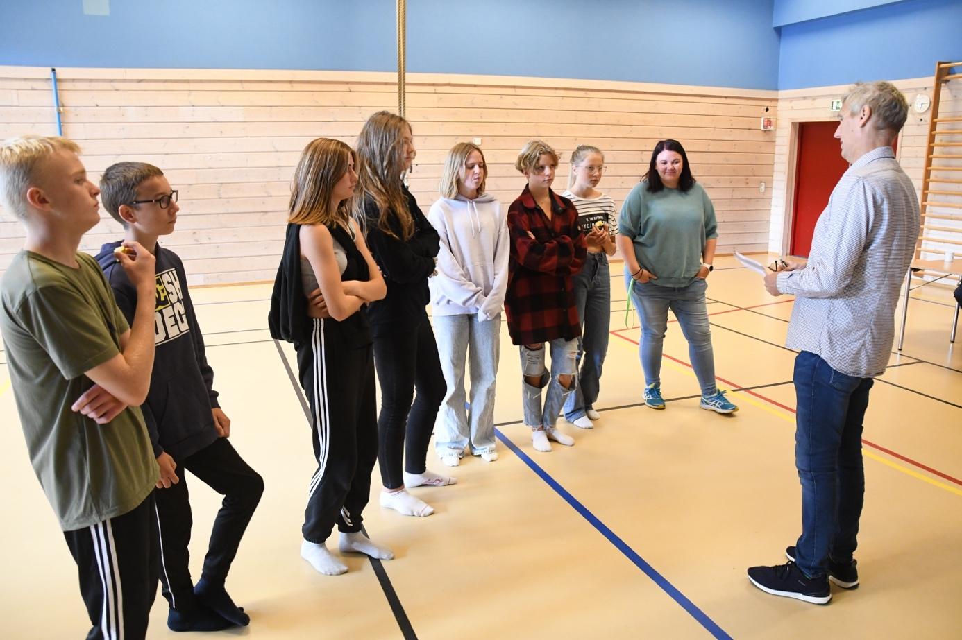 Et bilde som inneholder gulv, person, innendørs, gruppe  Automatisk generert beskrivelse