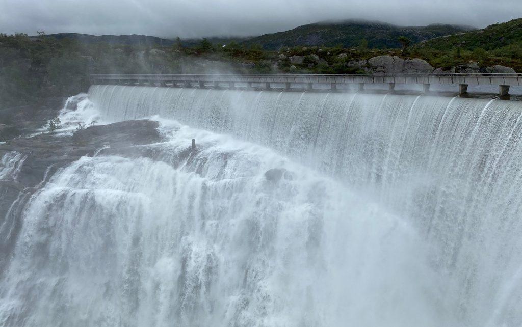 Et bilde som inneholder natur, utendørs, fossefall, vann Automatisk generert beskrivelse